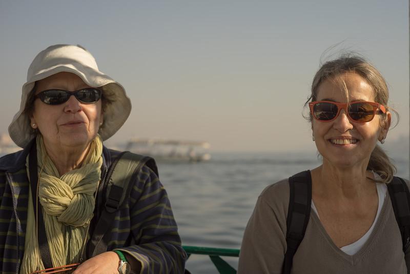 Cruzando el Nilo en Motorboat