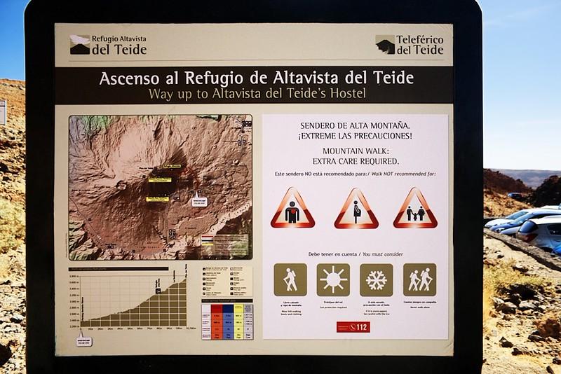 Zpátky na parkovišti u začátku stezky na chatu Altavista a vrchol Teide. Jelikož to asi nejde v téhle velikosti přečíst, tak k trase samotné - odsud na Altavistu je to 8km chůze, přičemž se překonává převýšení 900 metrů. Obtížnost stezky vysoká, odhadovaná doba 4 hodiny. Z Altavisty k lanovce je to další dva kilometry, na kterých překonáte 300 výškových metrů. Obtížnost vysoká, odhadovaná doba 1 hodina. Od lanovky na vrchol ujdete 800 metrů s převýšením 180 metrů. Obtížnost vysoká, odhadovaná doba 30 minut. Výškový profil od začátku stezky až na vrcholek je vidět i v této velikosti, chata Altavista je označena oním čtverečkem.