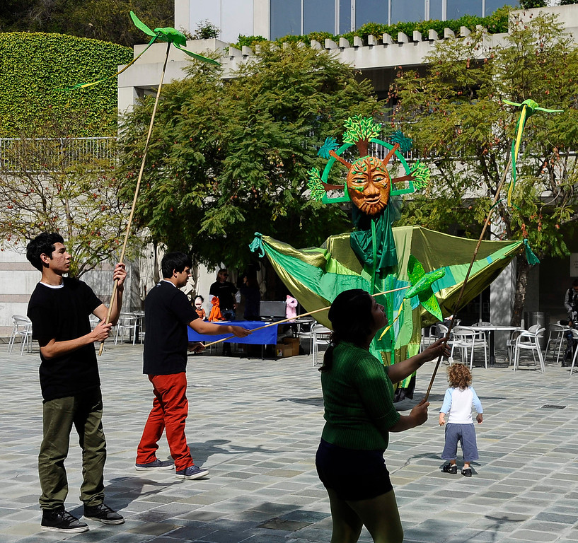 . Puppeteers entertain kids and paretns  during the Skirball Cultural Center�s second annual Puppet Festival. Inspired by the fanciful animal puppets and kinetic animal sculptures that populate the Noah�s Ark galleries, celebrate the art of puppetry during this festive day of performances, puppet making, and storytelling. Fun for visitors of all ages. Los Angels CA April 7,2013. Santa Monica CA. Photo by Gene Blevins/LA DailyNews