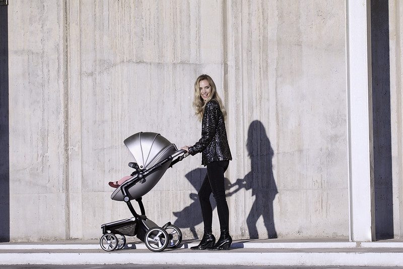 Mima_Xari_Lifestyle_Argento_Black_Chassis_Pod_Mum_With_baby_Looking_At_Camera.jpg