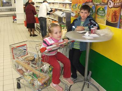 2011-05-15, Ilia and Olya in Auchan