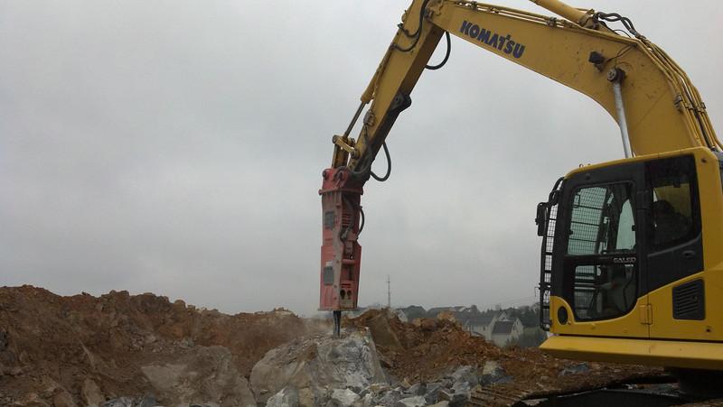NPK GH10 hydraulic hammer on Komatsu excavator (7).jpg