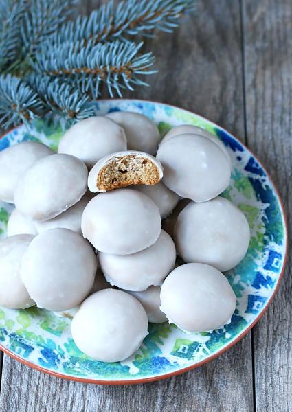 (c) http://www.daringgourmet.com/2015/12/20/pfeffernuesse-german-iced-gingerbread-cookies/