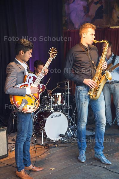 Optredens op het plein ivm open huis Staten Generaal - Jazz band Sambal (studenten van conservatorium Rotterdam en Utrecht) - DEN HAAG 10 OKTOBER 2015 - FOTO NICO SCHOUTEN
