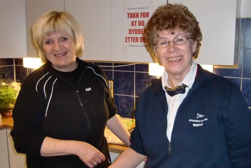 Anne Grete og Hilde lager matpakker til dommere og funksjonærer
