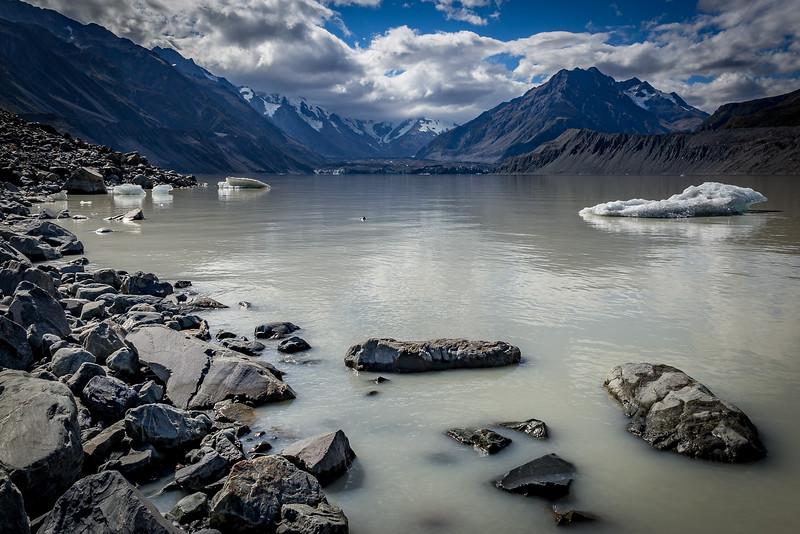 «Tasman Glacier»: Blick vom Gletschersee (hinter den Wolken in der Mitte versteckt sich der «Mount Cook»)