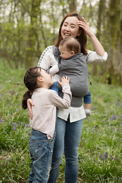 Izmi_Toddler_Carrier_Cotton_Mid_Grey_Lifestyle_Front_Carry_Family_Smiling.jpg