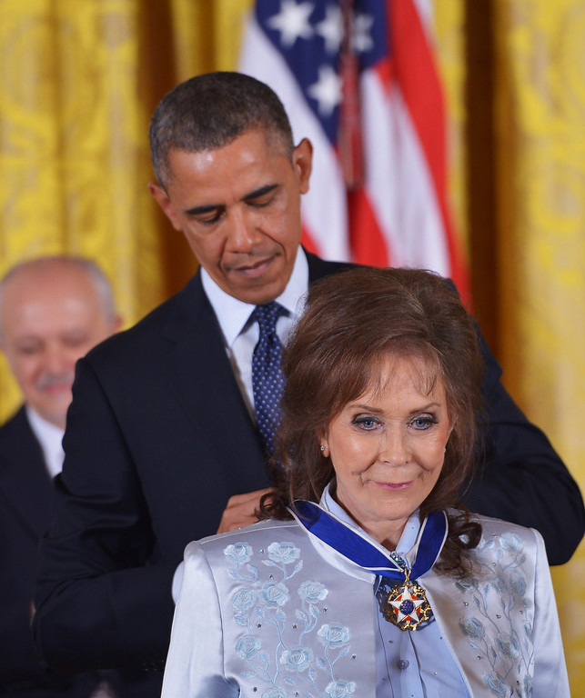 . US President Barack Obama presents the Presidential Medal of Freedom to country music legend Loretta Lynn during a ceremony in the East Room of the White House on November 20, 2013 in Washington, DC. The Medal of Freedom is the country\'s highest civilian honor.  AFP PHOTO/Mandel NGAN/AFP/Getty Images