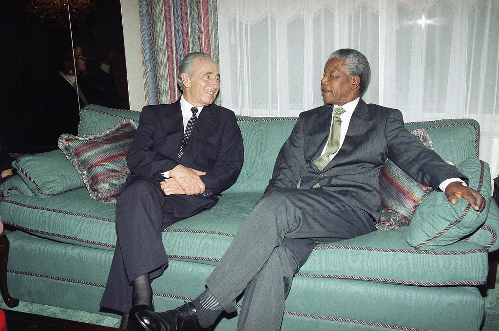 . Israeli Foreign Minister Shimon Peres, left, chats with African National Congress leader Nelson Mandela during a brief photo session before their meeting in New York, Sept. 27, 1993. (AP Photo/David Karp)