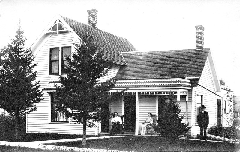 John Samuel Edyth Lottie Westbrook Arlington IA 1909.jpg