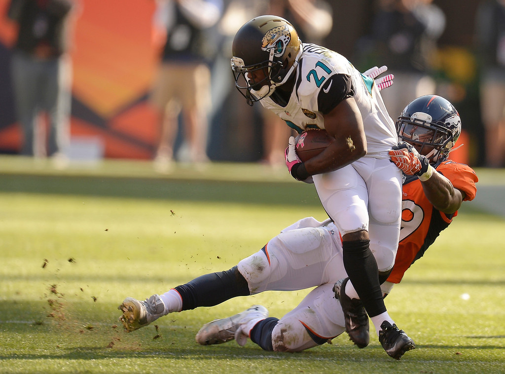 . Denver Broncos outside linebacker Danny Trevathan (59) makes a tackle on Jacksonville Jaguars running back Justin Forsett (21) in the second quarter.   (Photo by John Leyba/The Denver Post)