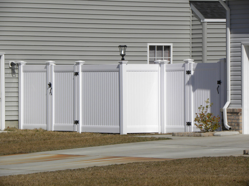 vinyl privacy fence with solar post cap