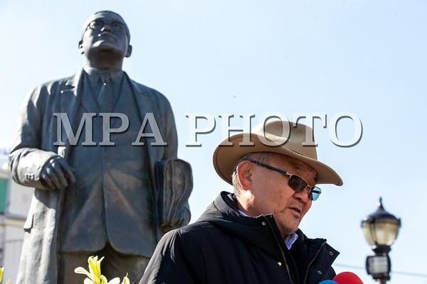 Монголын Ардчилсан хувьсгалын удирдагчдын нэг С.Зориг агсны хөшөөнд хүндэтгэл үзүүлж, цэцэг өргөв