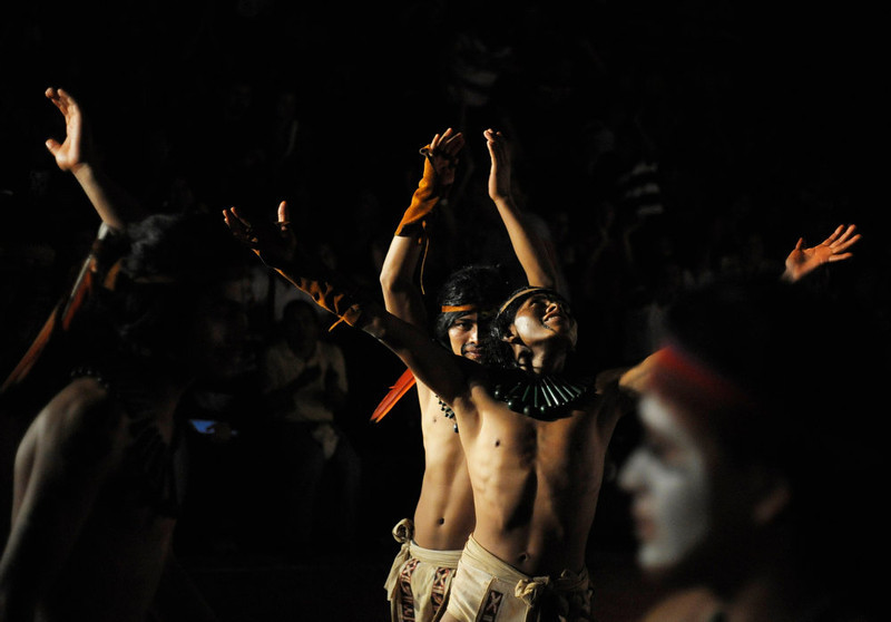 . Honduran Ch\'orti\' of Mayan descent (rear) celebrate a point during a Mayan ball game against Guatemalan Quirigua in Copan, Honduras, December 18, 2012. This week, at sunrise on Friday, December 21, an era closes in the Maya Long Count calendar, an event that has been likened by different groups to the end of days, the start of a new, more spiritual age or a good reason to hang out at old Maya temples across Mexico and Central America.  Picture taken December 18, 2012 . REUTERS/Jorge Cabrera
