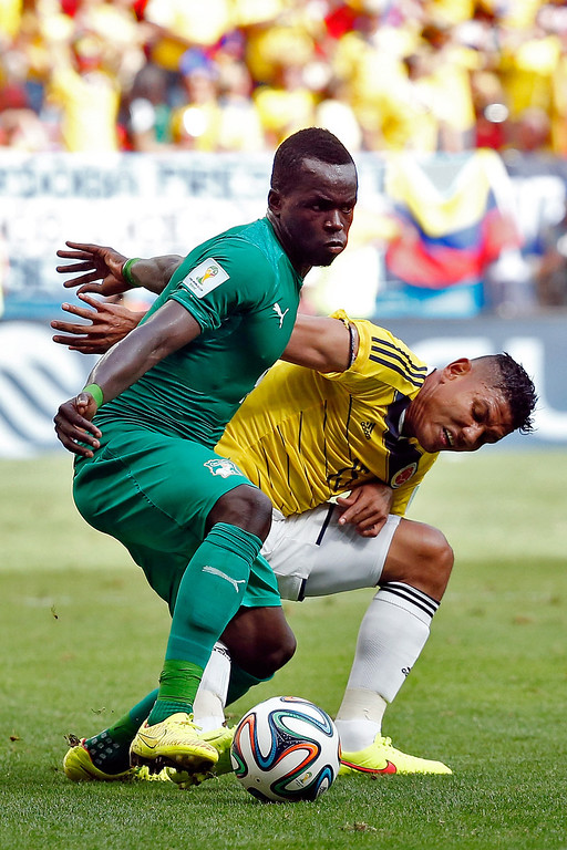 . Cheick Tiote of the Ivory Coast  and Alexander Mejia of Colombia battle for the ball during the 2014 FIFA World Cup Brazil Group C match between Colombia and Cote D\'Ivoire at Estadio Nacional on June 19, 2014 in Brasilia, Brazil.  (Photo by Gabriel Rossi/Getty Images)