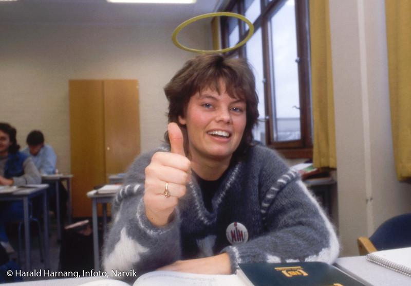 """""""Reklamebilde"""" med glorie som ble holdt oppe med stålstreng. Dette er før Photoshop-tiden. Narvik ingeniørhøgskole. Bilde tatt til slides-serie for å promotere skolen i ulike sammenhenger."""