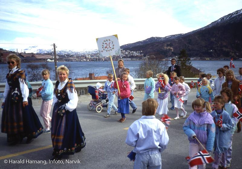 17. mai på Ankenesstrand. Piken som holder 2c-plakaten er Marie Kolflaath Harnang. Foto: 1987.