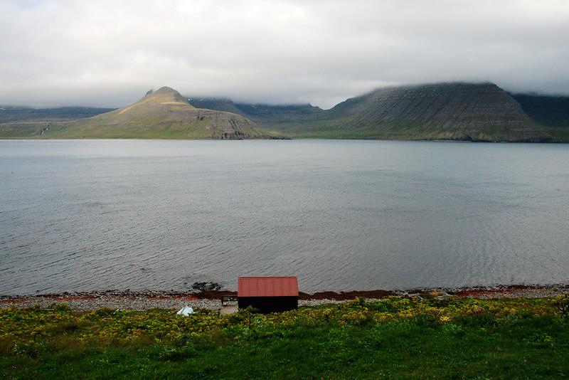 Áfangastaðurinn handan við Hornvíkina: Atlaskarð. Sjávarhúsið í fjörunni. Einbúi og Rekavíkurfjall ramma inn Rekavík bak Höfn.