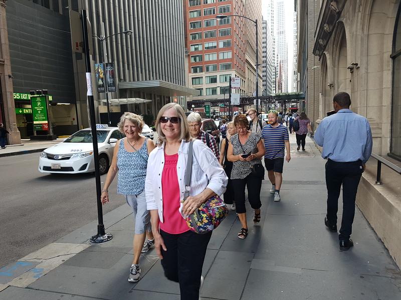 Martha Luzio och Linda Anderson visar vägen