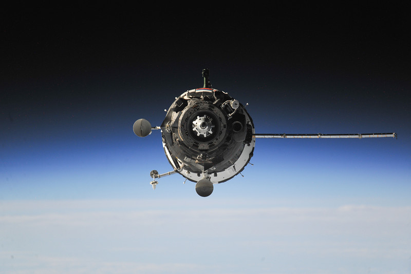 Reid Wiseman @astro_reid  Sep 27 Awesome view of the Soyuz with only one array deployed. Flown by the best!