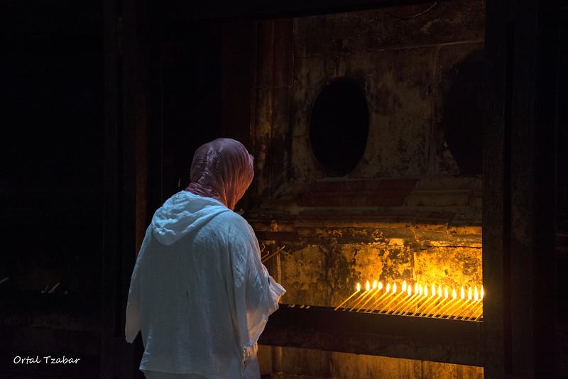 אשה נרות בכנסיית הקבר.jpg