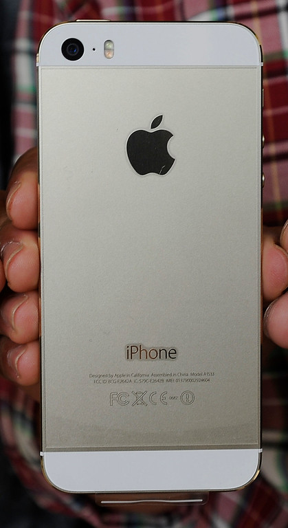 . Gold tone back on the newiPhone 5s. Glendale, CA. 9/20/2013. photo by (John McCoy/Los Angeles Daily News)