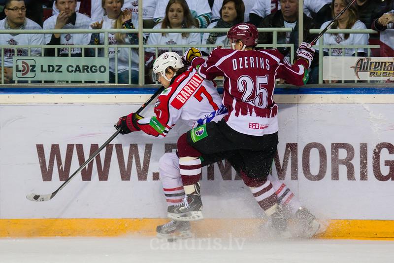 Oskars Bartulis (7) un Andris Džeriņš (25) cīnās par ripu pie apmales