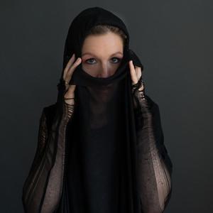 Kvinde med Sjal - Line Pollas