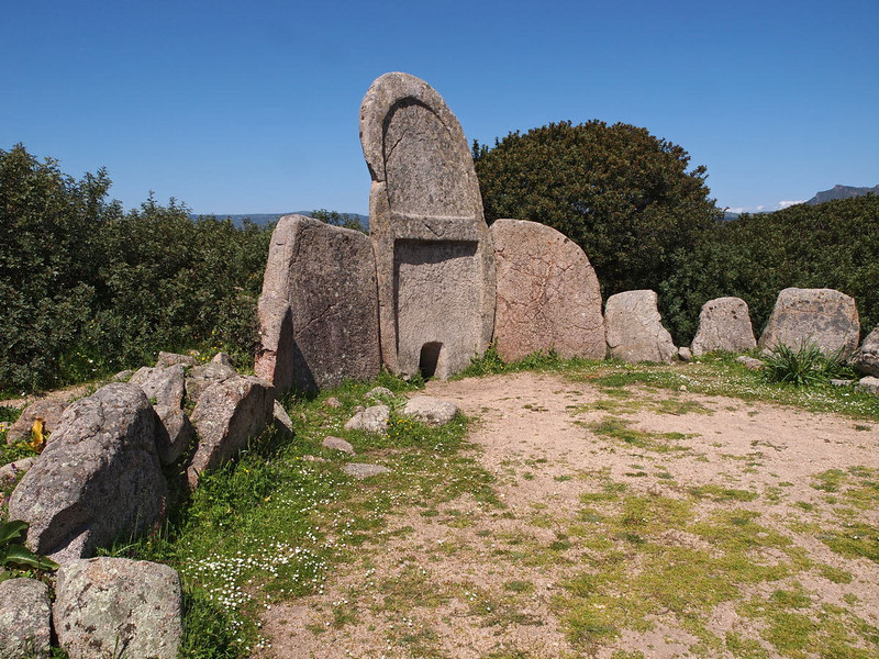 Thones Tombe dei Geiganti 12-04-13 (2).jpg