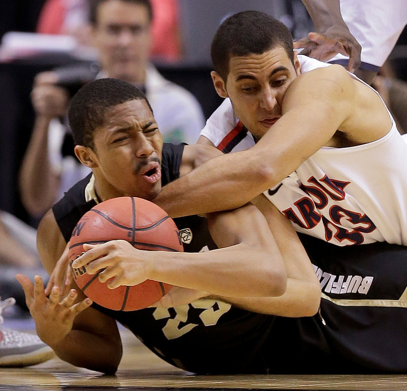 . Colorado\'s Spencer Dinwiddie, left, scrambles for a loose ball against Arizona\'s Grant Jerrett in the first half during a Pac-12 men\'s tournament NCAA college basketball game, Thursday, March 14, 2013, in Las Vegas. (AP Photo/Julie Jacobson)