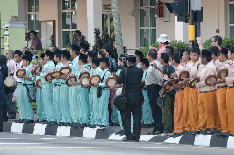 Diese Kinder machten bei Ankuft der Royals viel Lärm mit den Trommeln.