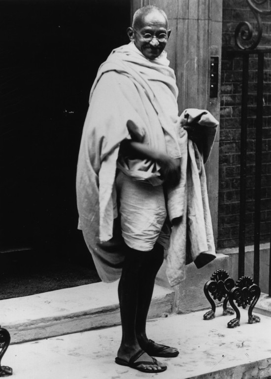 . Mahatma Gandhi (Mohandas Karamchand Gandhi, 1869 - 1948) arriving at No 10 Downing Street, London, for a conference with Prime Minister Ramsay Macdonald, 3rd November 1931.  (Photo by J. Gaiger/Topical Press Agency/Getty Images)