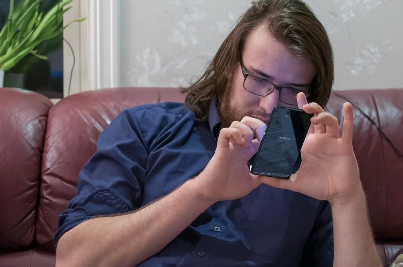 Und Ludwig bekommt ein neues Telefon. Das alte Nokia hat nach fünf Jahren seinen Dienst getan.