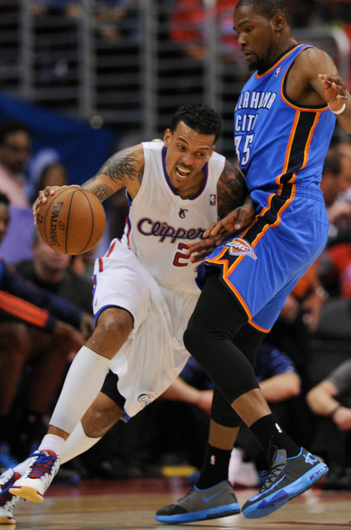 . Clippers\' Matt Barnes tries to drive around the Thunder\'s Kevin Durant. (Photo by Michael Owen Baker/Los Angeles Daily News)