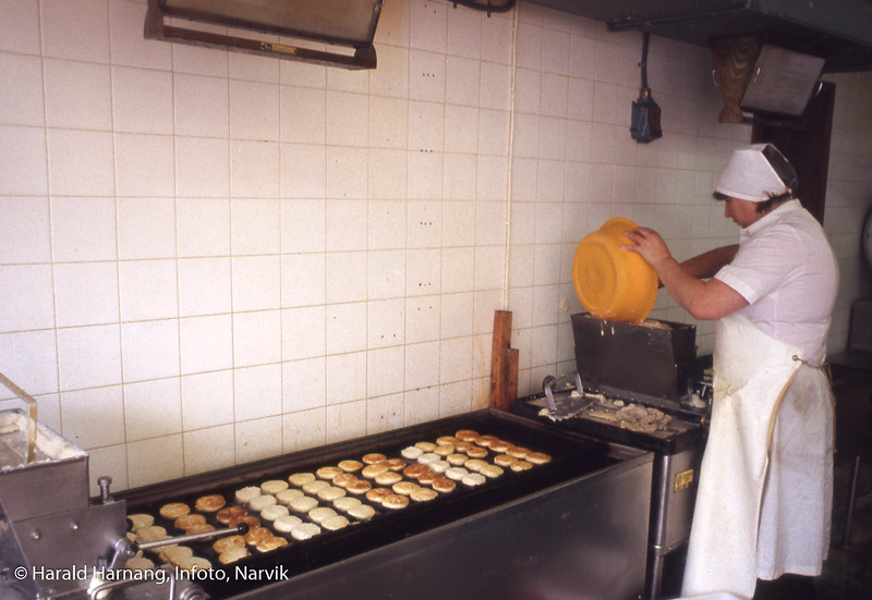 Fiskematproduksjon. Eier og hans kone og en assistent, Westerberg. De hadde produksjonslokaler i hus på nedsiden av E6 på Nyborg på Ankenesstrand.