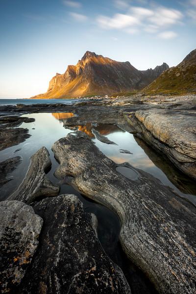 Vikten 3 beach rocks mountain landscape photography lofoten norway_1.jpg