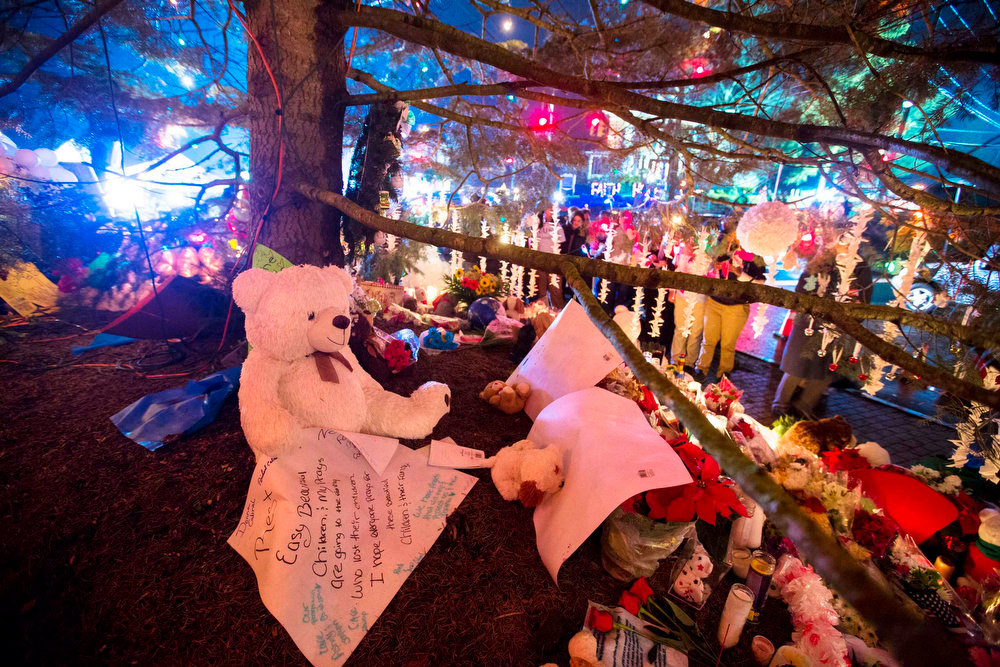 Description of . Items left by mourners adorn a large Christmas tree at a memorial to the victims of the recent shooting in Sandy Hook Village in Newtown, Connecticut, December 17, 2012. Authorities continue to investigate the December 14 massacre in Connecticut in which a heavily armed gunman entered Sandy Hook Elementary School in Newtown and shot children and adults resulting in 28 deaths, including the gunman and his mother. REUTERS/Lucas Jackson