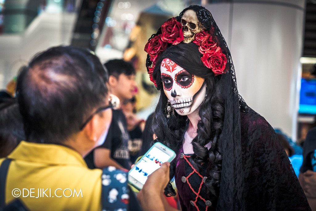 Universal Studios Singapore - Halloween Horror Nights 6 Before Dark Day Photo Report 3 - Scareactors at the Malls / Lady Death and man