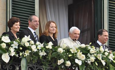 Greeting Pope Benedict XVI - Pjazza San Gorg - 17th April 2010
