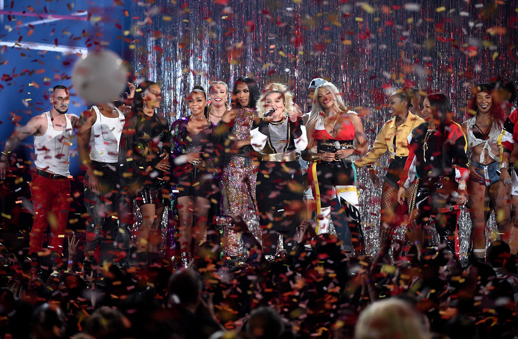 . Host Kelly Clarkson, center, and members of En Vogue and Salt-N-Pepa appear on stage at the conclusion of the Billboard Music Awards at the MGM Grand Garden Arena on Sunday, May 20, 2018, in Las Vegas. (Photo by Chris Pizzello/Invision/AP)