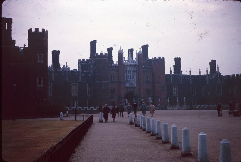 1964 08 Hampton Court.jpg