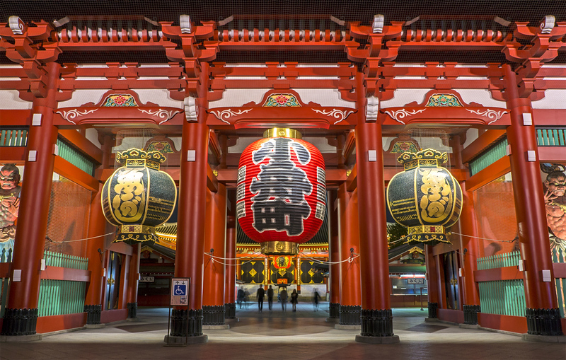 The Hozomon gate at night in Asakusa. Editorial credit: pattang / Shutterstock.com
