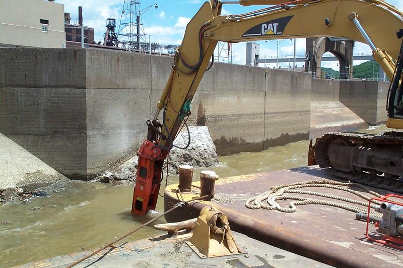 NPK E220 hydraulic hammer on Cat excavator (5).JPG