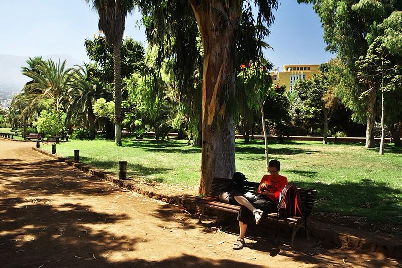 Svačinka v parku Taoro. Najít kolem poledne stín není v těchto zeměpisných šířkách už zrovna snadné.