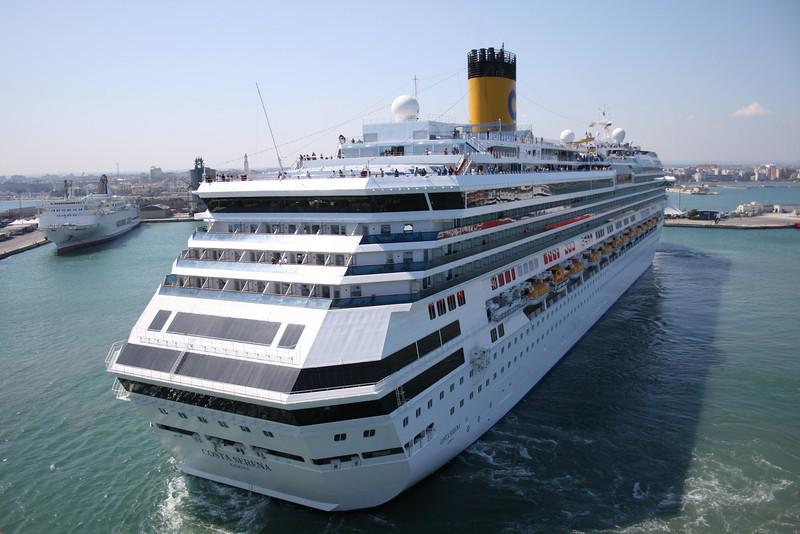 2008 - M/S COSTA SERENA maneuvering in Bari.