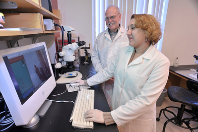 27398 - Dr. Bishop and Stephanie Young in lab