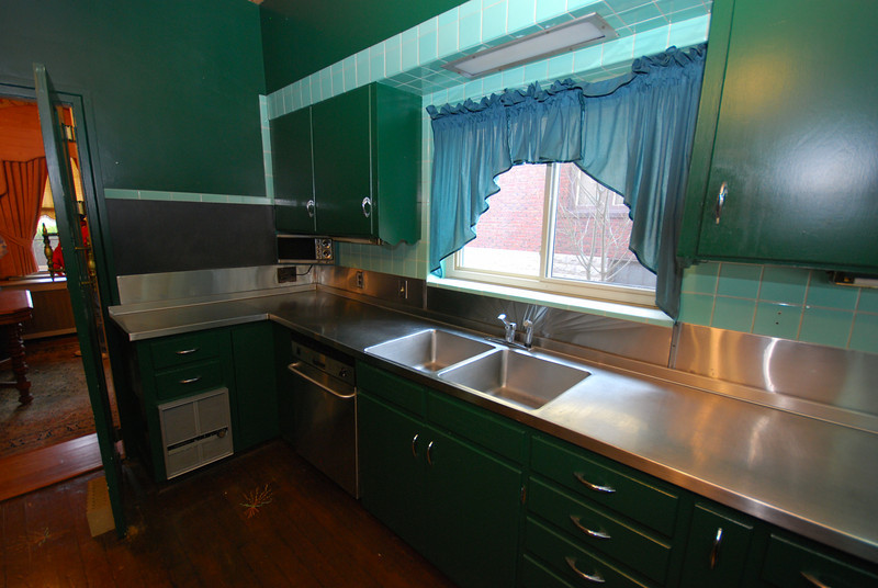 One gloriously continuous countertop. That's the dining room to the left.