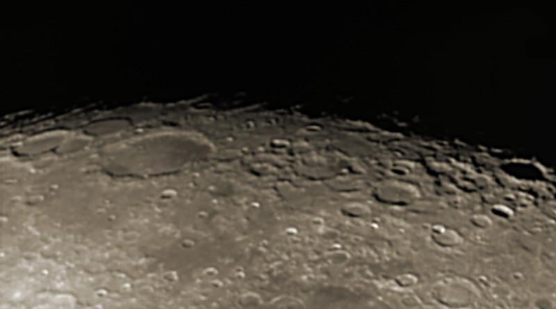 Měsíc 13.4.2014 cca. 3:15 SELČ - oblast jižního pólu. Velký kráter vlevo zhruba uprostřed je Shickard, průměr zhruba 230 kilometrů.