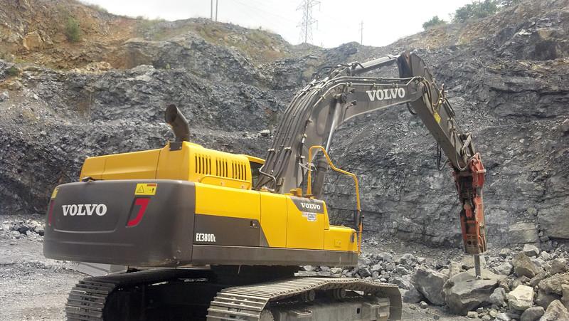 NPK GH15 hydraulic hammer on Volvo EC380DL excavator (3).jpg