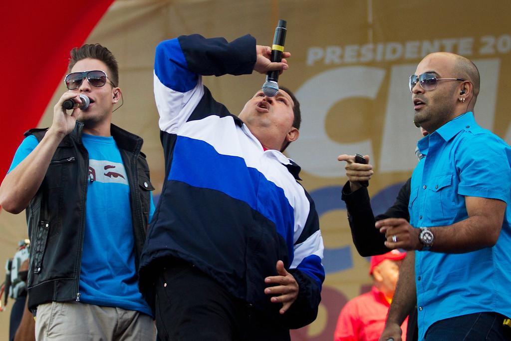 . Venezuela\'s President Hugo Chavez (C) sings during an election rally in Caracas July 26, 2012. REUTERS/Carlos Garcia Rawlins
